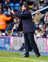 Photo: Leigh Quinnell.<br /> West Bromwich Albion v Burnley. Coca Cola Championship. 18/11/2006. West Brom boss Tony Mowbray shouts out to his team.