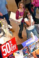 Orlando Florida Feb/25/05..Personas realizan sus compras de navidad aprovechando los descuentos y ofertas ofrecidos por almacenes y negocios en los diferentes centros comerciales de la Florida en Estados Unidos. (Photo: GerardoMora/Independent Photo Agency)..