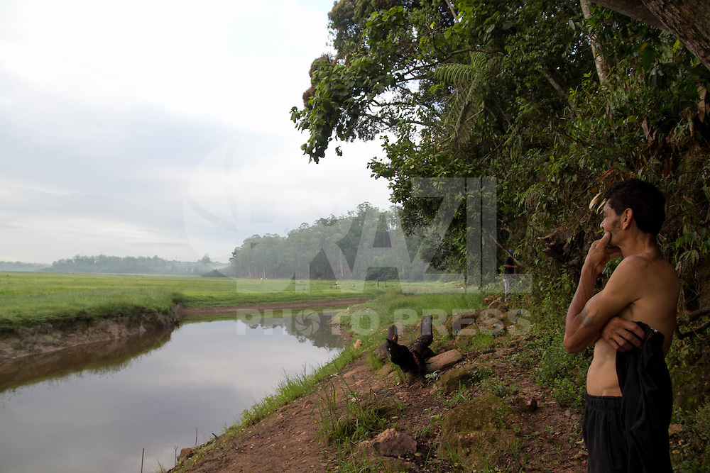 SAO PAULO, SP - 10.12.2014 - NIVEL GURAPIRANGA - EMBU GUACU - Pescador Adilson (43) observando a Represa do Guarapiranga na cidade de Embu-Gua&ccedil;u na manh&atilde; desta quarta-feira (10), ele informa que a pesca est&aacute; cada dia mais dif&iacute;cil depois de 3 anos, quando o grande volume de &aacute;gua que mantinha a economia pesqueira da regi&atilde;o, se tornou em pequenos riachos e o cen&aacute;rio &eacute; hoje composto pela vegeta&ccedil;&atilde;o no lugar de &aacute;gua.<br /> <br /> (Foto: Fabricio Bomjardim / Brazil Photo Press)