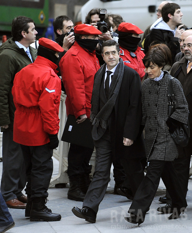 The leader of the Basque Socialist Party-PSE-PSOE, Patxi Lopez (C) arrives with his wife Begona Gil, to take part in his trial, on January 8, 2009, in the northern Spanish Basque city of Bilbao. The Basque regional president Juan Jose Ibarretxe and Patxi Lopez are charged with meeting representatives of the banned political wing of the armed separatist group ETA, Batasuna. Neither is expected to be convicted as prosecutors have recommended that the charges be dropped.