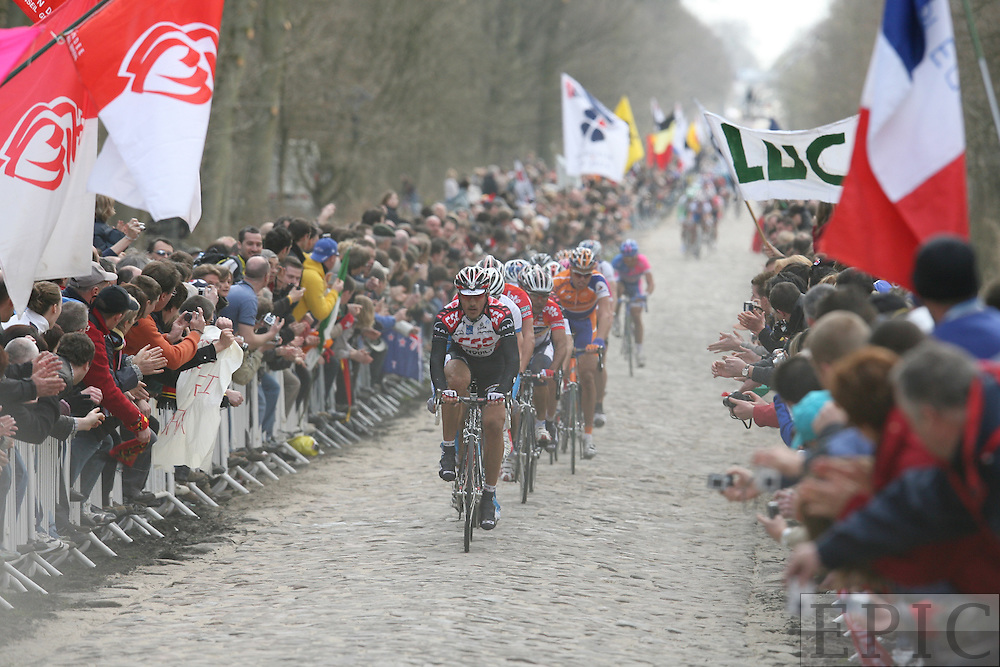 Radsport-Pro-Tour: Paris-Roubaix, 9.4.2006. Spitzengruppe im Wald von Arenberg. Copyright: Lothar Kutschera, Maybachstraße 12, D-71706 Markgröningen, Telefon 07145-26543 (privat), 0711-1821474 (Redaktion), 0170-2054671 (mobil); E-mail: lkutschera@motorpresse.de oder Fotokutschera@aol.com