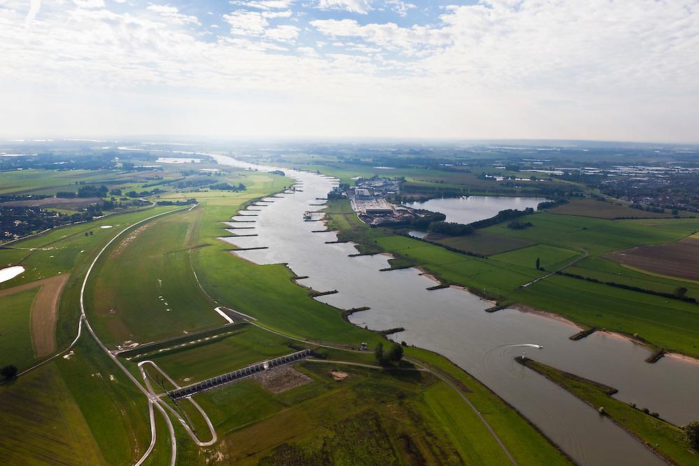 Nederland, Gelderland, Gemeente Westervoort, 03-10-2010; IJsselkop en Hondsbroeksche Pleij. In de uiterwaard is in het kader van Ruimte voor de Rivier .de dijk landinwaarts verlegd, Hierdoor is een hoogwatergeul ontstaan. In deze geul staat het regelwerk wat bij hoog water zorgt voor de verdeling van het water tussen Neder-Rijn en IJssel (onder)..Head of the IJssel. Room for the River: in the floodplain the dike has moved inland, creating a flood channel. At high water the control works will regulate the distribution of water between the Lower Rhine and IJssel..luchtfoto (toeslag), aerial photo (additional fee required).foto/photo Siebe Swar