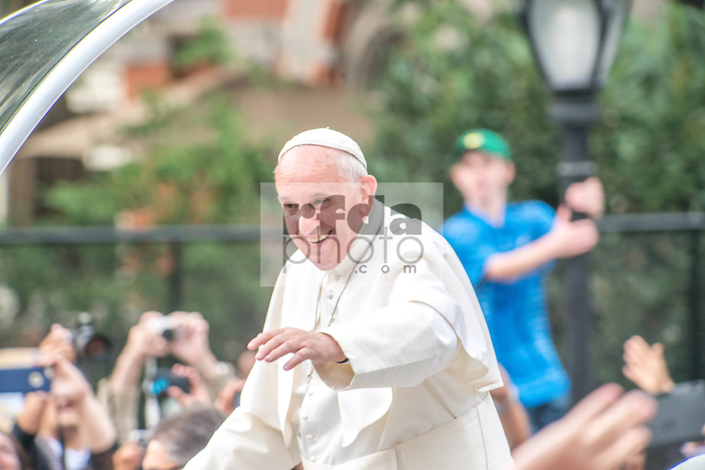 Pope Francis visits New York, passing by Central Park to greet 80.000 people.<br />