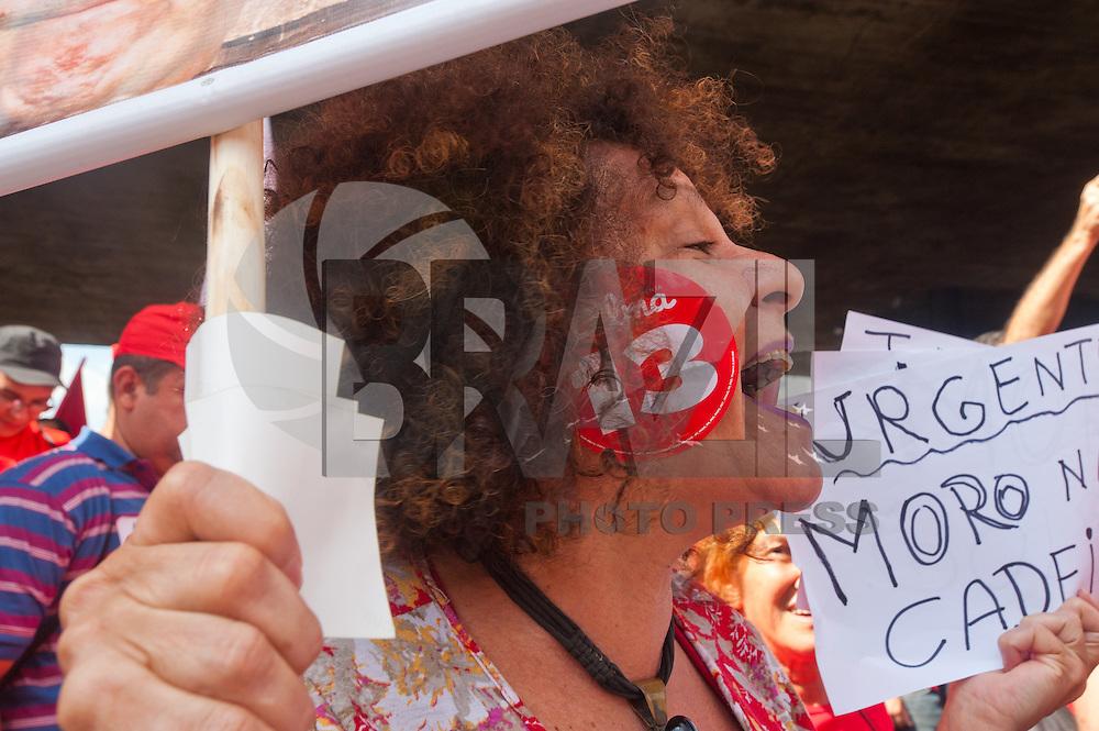 SÃO PAULO,SP, 18.03.2016 - PROTESTO-SP -  Manifestantes já se concentram no vão livre do Masp, na Avenida Paulista, em São Paulo, onde mais tarde haverá um protesto em favor da presidente Dilma Rousseff e do ex-presidente Luiz Inácio Lula da Silva. (Foto: Gabriel Soares/Brazil Photo Press)