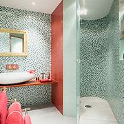 20080811 HELSINKI Oma Koti Kullan Kallis. Kylpyhuone, kipsistä tehdyt seinän muodot. Kuva: Ismo Henttonen.