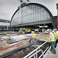 Nederland, Amsterdam , 29 mei 2011..Werknemers van Pro Rail kijken bovenop de eerste werkzaamheden van de aanleg van een Voetgangerstunnel bij Centraal Station..Foto:Jean-Pierre Jans