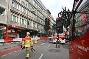 Mannheim. 30.06.17   Brand in der Innenstadt<br /> Innenstadt. N7. Brand in einer Bar.<br /> Zu einem größeren Rückstau von Lieferfahrzeugen in der Kunststraße führt derzeit ein Brand in der Mannheimer Innenstadt. Wegen der Löscharbeiten ist die Kunststraße derzeit noch gesperrt. Die Feuerwehr war am Morgen zu einer Verpuffung in einem Gastronomiebetrieb gerufen worden. Tatsächlich brannte es in der Küche. Das Feuer führte zu einer starken Rauchentwicklung. Zeitweise waren zwei Löschzüge der Berufsfeuerwehr und die Freiwillige Feuerweh Innenstadt im Einsatz. Derzeit werden die Schläuche eingerollt, die Einsatzstelle wohl in kurzer Zeit freigegeben. Bei dem Brand zogen sich drei Personen Rauchgasvergiftungen zu. Sie kamen zur Behandlung ins Krankenhaus.<br /> <br /> <br /> BILD- ID 0430  <br /> Bild: Markus Prosswitz 30JUN17 / masterpress (Bild ist honorarpflichtig - No Model Release!)