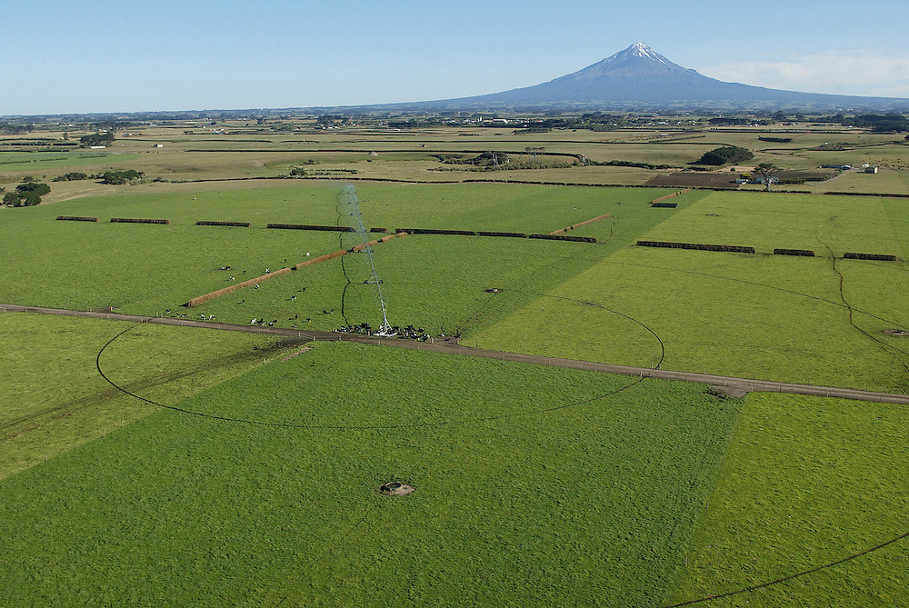 A giant boom irrigation system shows the results of irriagtion on this Manaia South Taranaki dairy farm, New Zealand, January 29, 2005. Credit:SNPA / Rob Tucker