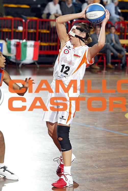 DESCRIZIONE : LA SPEZIA CAMPIONATO ITALIANO DI BASKET FEMMINILE LEGA A1 2004-2005<br />GIOCATORE : REZOAGLI<br />SQUADRA : FAMILA SCHIO<br />EVENTO : CAMPIONATO ITALIANO BASKET FEMMINILE LEGA A1 2004-2005<br />GARA : FAMILA SCHIO-COCONUDA MADDALONI<br />DATA : 17/10/2004<br />CATEGORIA : PASSAGGIO<br />SPORT : Pallacanestro<br />AUTORE : Agenzia Ciamillo-Castoria/L.VILLANI