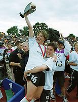 v.l.  Renate LINGOR mit Pokal , Birgit PRINZ<br />    Fu§ball  EM der Frauen   Deutschland Europameister, tyskland, damefotball. Europamester, fotball.