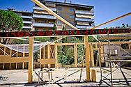 Roma 20 Agosto 2016<br /> Il Centro sociale Corto Circuito, al  quartiere Cinecittà, ricostruisce  il padiglione di 250 mq, andato completamente distrutto dall' incendio del 2012, usando la tecnica bioedilizia greb e permacultura.diventando il più grande  cantiere in Italia che usa questa tecnica. Per la costruzione  del padiglione  verranno impiegate 1000 balle di paglia  e 35 mt cubi di legno, per il  pavimento verranno usate 17000 bottiglie di vetro da 66c,  con 3 vasche di fitodepurazione delle acque grigie. Il coefficiente  di insonorizzazione e coibentazione e resistenza al fuoco REI 60 e antisismico, Classe energetica A. Ogni giorno vi lavorano  circa 20 volontari, la spesa finale sarà di 70000 euro in parte già raccolta con sottoscrizioni e donazioni.