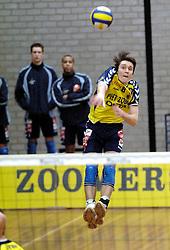 18-03-2006 VOLLEYBAL: PLAY OFF HALVE FINALE: PIET ZOOMERS D - HVA AMSTERDAM: APELDOORN<br /> Piet Zoomers wint de eerste van de vijf wedstrijden vrij eenvoudig met 3-0 / Eerik Jago<br /> Copyrights2006-WWW.FOTOHOOGENDOORN.NL
