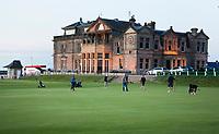 ST. ANDREWS -Schotland-GOLF. Clubhuis R&A (Royal and Ancient Golf Club of St. Andrews) aan  Old Course ,met de green van 18. COPYRIGHT KOEN SUYK