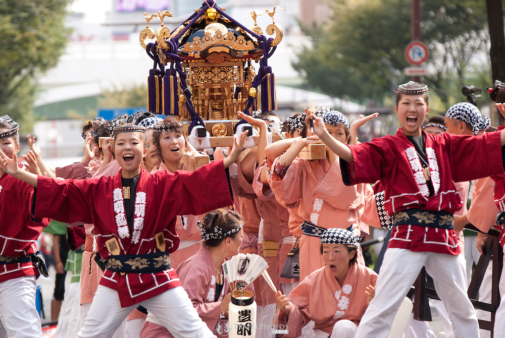 The annual Nagoya Dance Festival (Domatsuri) attracts over 200 teams totaling over 23,000 participants competing from all around Japan in the energetic Sino-Hokkaido style dance event.