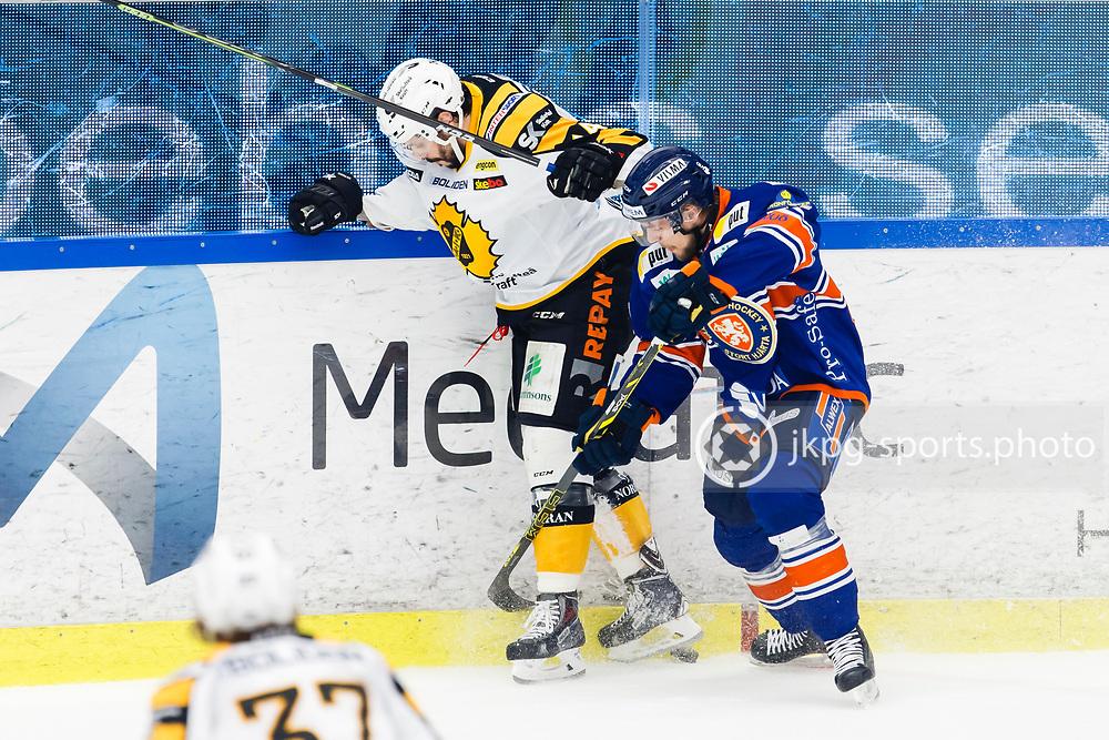 150423 Ishockey, SM-Final, V&auml;xj&ouml; - Skellefte&aring;<br /> Daniel Widing, Skellefte&aring; AIK och Robert Ros&eacute;n, V&auml;xj&ouml; Lakers Hockey i kamp om pucken.<br /> &copy; Daniel Malmberg/Jkpg sports photo