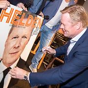 NLD/Amsterdam/201905229 - 10-jarig jubileum van Helden, Ronald Koeman zet zijn handtekening