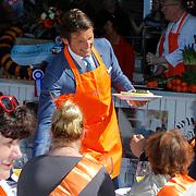 NLD/Rhenen/20120430 - Koninginnedag 2012 Rhenen, Maurits met oranje schort