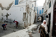 TUNISI. BAMBINI GIOCANI NEI VICOLI  DELLA MEDINA DI TUNISI;