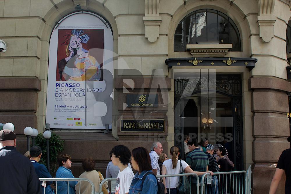 SÃO PAULO, SP, 05.06.2015 - EXPOSIÇÃO-SP - Enorme fila de pessoas para ver a exposição do artista espanhol Pablo Picasso no Centro Cultural Banco do Brasil na região de São Paulo na tarde desta sexta-feira, 5. (Foto: Renato Mendes/Brazil Photo Press)