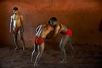Inde, Maharashtra, Kolhapur, ecole de lutte traditionnelle de Motibag Thalim, sport vieux de plus de 3000 ans le Kushti est pratique a partir de 8 ans par des garcons qui vivent en communaute dans des ecoles ou la vie est tres austere et s entrainent plus de 6 heures par jour // India, Maharashtra, Kolhapur, Motibag Thalim, name of the wresling school, traditional Kushti, practice since more than 3000 years, young boys leave at the school and use to train more than 6 hours a day