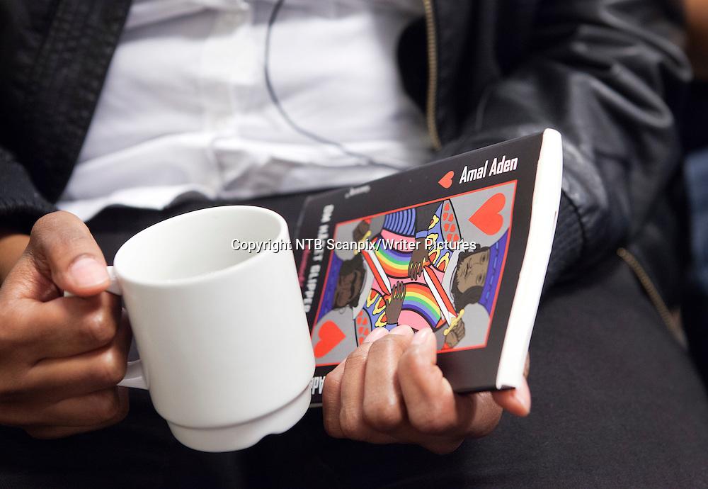 Oslo  20121019.<br /> Ved &Acirc; st&Acirc; fram som lesbisk og skrive bok om homofile i minoritetsmilj&macr;ene h&Acirc;per forfatteren Amal Aden &Acirc; hjelpe den sv&Ecirc;rt utsatte minoriteten blant minoriteter i Norge.<br /> Amal Aden lanserte sin nye bok om homofile blant norske minoriteter &quot;Om h&Acirc;pet glipper, er alt tapt&quot; p&Acirc; Litteraturhuset i Oslo fredag morgen <br /> <br /> Dette er hennes femte bok, men aldri f&macr;r har hun v&Ecirc;rt s&Acirc; nerv&macr;s f&macr;r en lansering. Hun holder et godt tak i boka og kaffekoppen rett f&macr;r hun skal snakke foran de framm&macr;tte. <br /> Foto: Marte Christensen / NTB scanpix<br /> <br /> NTB Scanpix/Writer Pictures<br /> <br /> WORLD RIGHTS, DIRECT SALES ONLY, NO AGENCY