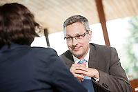 Österreich, Geschäftsmann und Geschäftsfrau bei Meeting in Restaurant, Arbeitsgespräch, Verhandlungsgespräch, entspannte Atmosphäre