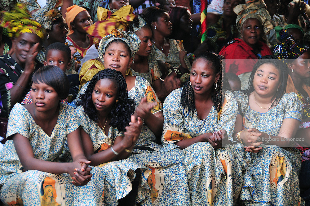 The women of Bozola (a Bamako district) await the beginning of the party Fantani Touré organized for them