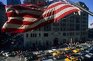 New York - elevated view onon Fifth avenue  car traffic  /  circulation sur La cinquième avenue  vue d en haut. New York  USa