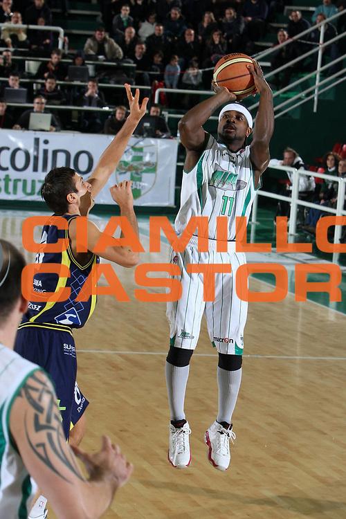DESCRIZIONE : Avellino Lega A 2009-10 Air Avellino Sigma Coatings Montegranaro<br /> GIOCATORE : Dee Brown<br /> SQUADRA : Air Avellino<br /> EVENTO : Campionato Lega A 2009-2010<br /> GARA : Air Avellino Sigma Coatings Montegranaro<br /> DATA : 10/01/2010<br /> CATEGORIA : tiro<br /> SPORT : Pallacanestro<br /> AUTORE : Agenzia Ciamillo-Castoria/E.Castoria<br /> Galleria : Lega Basket A 2009-2010                                                                      <br /> Fotonotizia : Avellino Campionato Italiano Lega A 2009-2010 Air Avellino    Sigma Coatings Montegranaro<br /> Predefinita :