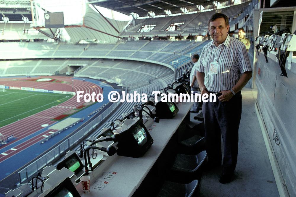 16.06.1990, Stadio delle Alpi, Torino, Italia.YLE:n tv-selostaja Pentti Salmi ty?paikallaan Italian MM-kisoissa..©JUHA TAMMINEN