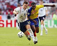 v.l.  John Terry, Carlos Tenorio Ecuador<br /> Fussball WM 2006 Achtelfinale England - Ecuador<br /> norway only