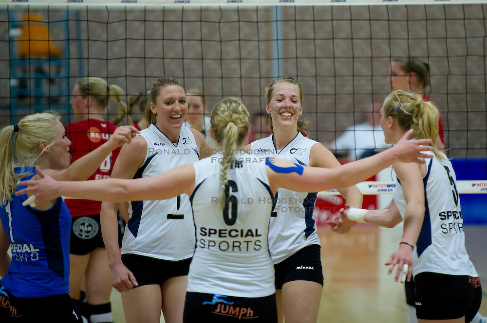 23-04-2011 VOLLEYBAL: PLAYOFF 3E PLAATS KINDERCENTRUM ALTERNO - TVC AMSTELVEEN: APELDOORN<br /> (L-R) Kirsten Knip, Quinta Steenbergen en Femke Stoltenborg<br /> &copy;2011-WWW.FOTOHOOGENDOORN.NL / Peter Schalk