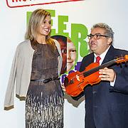 NLD/Amsterdam/20150916 - Koningin Maxima bezoekt instrumentendepot van het leerorkest in Amsterdam, Koningin Maxima overhandigt de Amalia-viool met oprichter en directeur van het Instrumentendepot Leerorkest, de heer De Souza