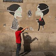 Little boy play in le Marais .Paris / Un petit garçon joue dans les rues du marais