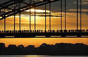 Nederland, Nijmegen, 21-7-2009Het is weer zover. Deelnemers aan de 4daagse, vierdaagse,  lopen over de waalbrug richting Elst op de eerste dag van de 93e editie van dit wandelevenement.Foto Flip Franssen
