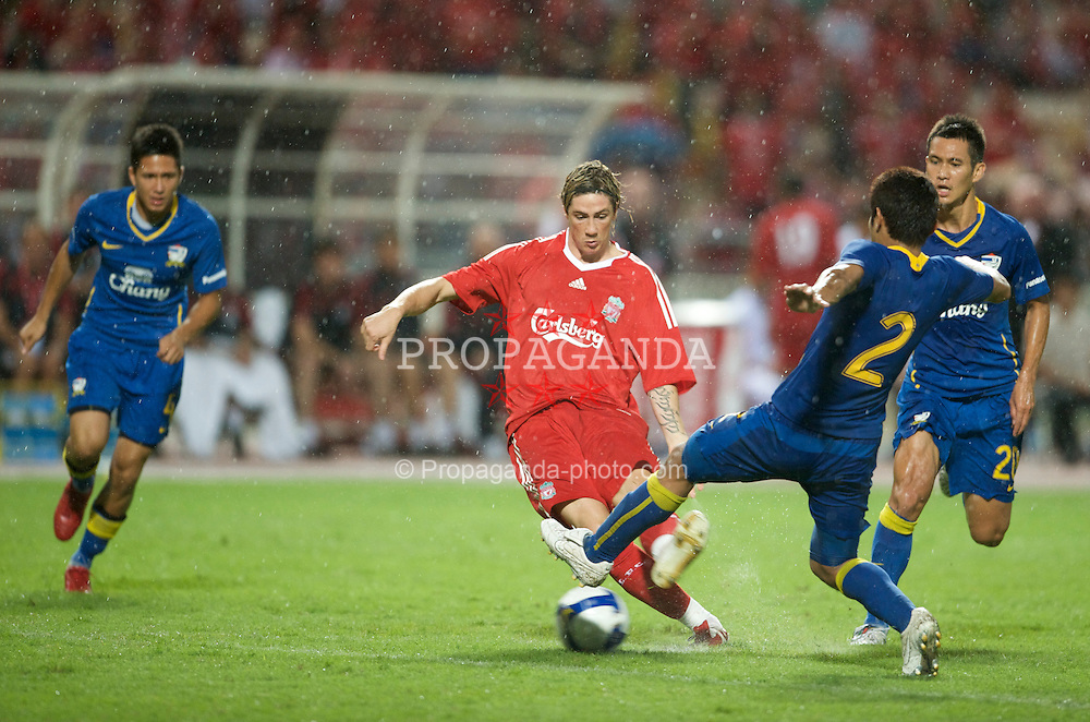 BANGKOK, THAILAND - Wednesday, July 22, 2009: Liverpool's Fernando Torres in action against Thailand during a preseason friendly match at the Rajamangala Stadium. (Pic by David Rawcliffe/Propaganda)