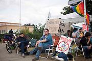 Manifestanti dell'area autonoma vicino al centro di accoglienza per migranti di via Carola-Neher-Straße in seguito alla contestazione della manifestazione di estrema destra contro il diritto di asilo. Nella foto la concentrazione dei militanti.