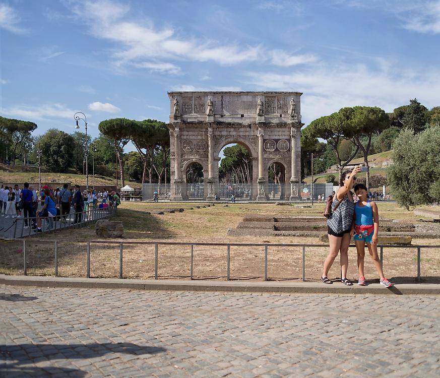 turisti davanti all'arco di costantino roma,<br /> tourist in front of the arco di costantino rome