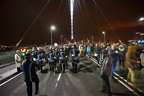 Nederland, Nijmegen, 23-11-2013Zaterdag is de nieuwe stadsbrug van de stad Nijmegen, de Oversteek, in gebruik geniomen, geopend. Dit gebeurde door het in twee jeeps afrijden van de brug van Zuid naar Noord door de twee enige nog levende veteranen van de oversteek in 1944. De brug is vernoemd naar de heldhaftige oversteek van de rivier de Waal die Amerikaanse soldaten op dit punt maakten tijdens de operatie Market Garden in de tweede wereldoorlog om met succes de oude Waalbrug te veroveren. De overspanning is een belangrijke schakel in de ontlasting van de stad van het doorgaande verkeerDe Oversteek is een boogbrug van 285 meter lang en 60 meter hoog en is de op een na langste hoofd overspanning van Nederland, en de grootste boogbrug van Europa met een enkelvoudige boog.De brug wordt 23 november in gebruik genomen.De nieuwe oeververbinding moet zorgen voor een betere spreiding en doorstroming van verkeer binnen de stad Nijmegen. Na 75 jaar is er eindelijk een tweede vaste verbinding voor de stad. De oude waalbrug krijgt vanaf eind dit jaar groot onderhoud, waarna de volle capaciteit van beide bruggen pas gebruikt kan worden. De skyline van de stad is veranderd.De brug is een ontwerp van de Belgische architecten Ney en Paulissen. Foto: Flip Franssen/Hollandse Hoogte