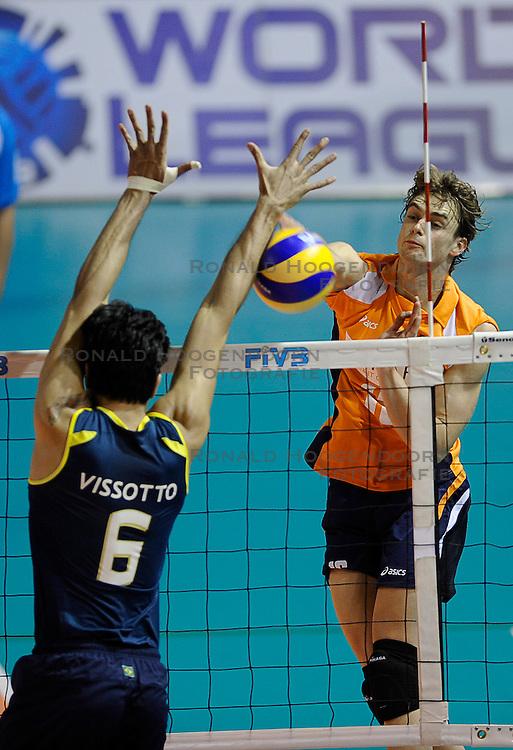 27-06-2010 VOLLEYBAL: WLV NEDERLAND - BRAZILIE: ROTTERDAM<br /> Nederland verliest met 3-2 van Brazilie / Dick Kooy<br /> &copy;2010-WWW.FOTOHOOGENDOORN.NL