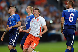 05-06-2015 NED: Oefeninterland Nederland - USA, Amsterdam<br /> Oranje verliest oefeninterland tegen Verenigde Staten met 4-3 / John Brooks #6, Klaas-Jan Huntelaar #9, Ventura Alvarado #19