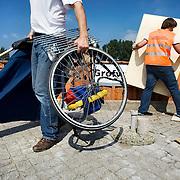 Nederland Barendrecht 30 augustus 20080830 Foto: David Rozing .Milieupark Carnisselande, op het afvalaanbiedstationkunnen afvalstoffen afkomstig van particuliere huishoudens worden aangeboden. Een man biedt klein afval aan, medewerker van milieupark sorteert het afval. ..Garbage disposal, enviroment, enviromental, green initiative..Foto: David Rozing