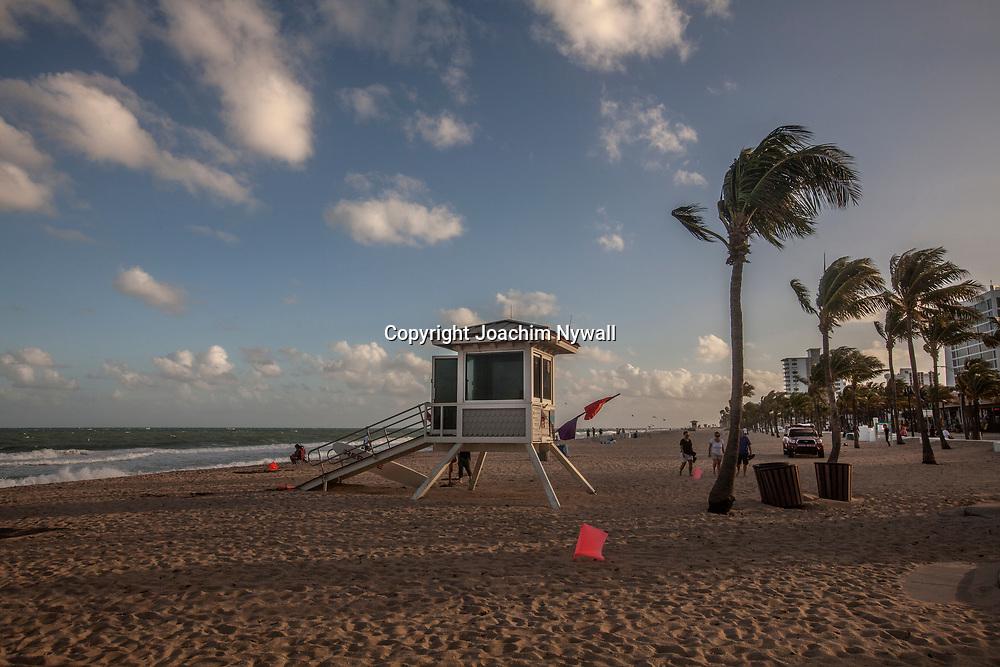 20151122 Fort Lauderdale  Florida USA <br /> palmer och livvakts torn vid<br /> FT Lauderdale beach<br /> <br /> <br /> FOTO : JOACHIM NYWALL KOD 0708840825_1<br /> COPYRIGHT JOACHIM NYWALL<br /> <br /> ***BETALBILD***<br /> Redovisas till <br /> NYWALL MEDIA AB<br /> Strandgatan 30<br /> 461 31 Trollh&auml;ttan<br /> Prislista enl BLF , om inget annat avtalas.