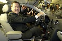 18 NOV 2003, BOCHUM/GERMANY:<br /> Gerhard Schroeder, SPD, Bundeskanzler, setzt sich in einen Audi, waehrend einem Rundgang durch die dem Parteitag angegliederten Messestaende, SPD Bundesparteitag, Ruhr-Congress-Zentrum<br /> IMAGE: 20031119-01-015<br /> KEYWORDS: Gerhard Schröder, Parteitag, party congress, SPD-Bundesparteitag,  Auto, KFZ, Wagen,
