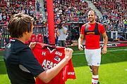 ALKMAAR - 26-06-2016, eerste training AZ, AFAS Stadion, AZ speler Ron Vlaar krijgt het nieuwe shirt.