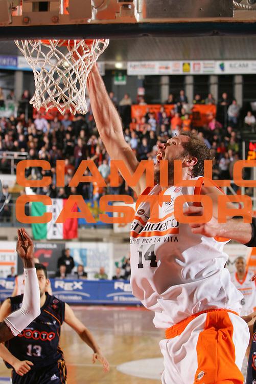 DESCRIZIONE : Udine Lega A1 2006-07 Snaidero Udine Lottomatica Virtus Roma <br /> GIOCATORE : Jaacks <br /> SQUADRA : Snaidero Udine <br /> EVENTO : Campionato Lega A1 2006-2007 <br /> GARA : Snaidero Udine Lottomatica Virtus Roma <br /> DATA : 18/02/2007 <br /> CATEGORIA : Tiro <br /> SPORT : Pallacanestro <br /> AUTORE : Agenzia Ciamillo-Castoria/S.Silvestri <br /> Galleria : Lega Basket A1 2006-2007 <br /> Fotonotizia : Udine Campionato Italiano Lega A1 2006-2007 Snaidero Udine Lottomatica Virtus Roma <br /> Predefinita :
