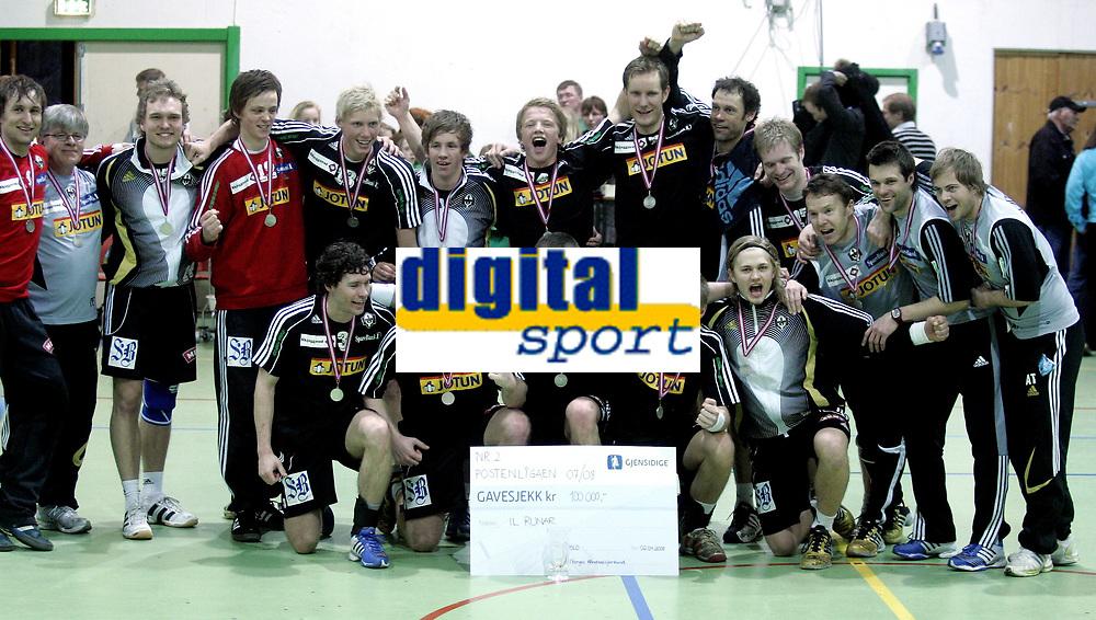 H&aring;ndball<br /> Eliteserien Postenligaen<br /> 02.04.08<br /> Vestli - Runar<br /> Runar jubler for sine s&oslash;lvmedaljer - lagbilde<br /> Foto - Kasper Wikestad