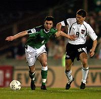 Fotball<br /> VM-kvalifisering<br /> Nord Irland v Østerrike<br /> Belfast<br /> 13. oktober 2004<br /> Foto: Digitalsport<br /> NORWAY ONLY<br /> Damien Johnson (NIR), Dietmar Kuehbauer (AUT)