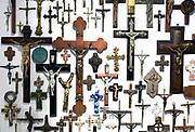 Nederland, Groesbeek, 17-12-2017Een verzameling kruisbeelden hangt in een particulier katholiek museum bij iemand in huis.Foto: Flip Franssen