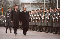 12.01.1999, Deutschland/Bonn:<br /> Gerhard Schröder, Bundeskanzler, und Keizo Obuchi, Ministerpräsident Japan, schreiten die militärische Front ab, Begrüßung des Staatsgastes mit militärischen Ehren vor dem Bundeskanzleramt, Bonn<br /> IMAGE: 19990112-01/01-16<br /> KEYWORDS: Gerhard Schroeder, Soldat, Soldier